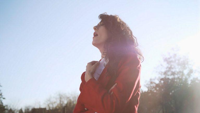 "Larisa ""lovi"" i pleni glasom i izgledom – ""Hunting"" je njen prvi singl/spot"